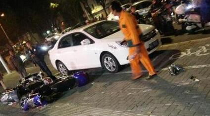 福州一小车冲上人行道 连撞20多辆电动车撞伤行人