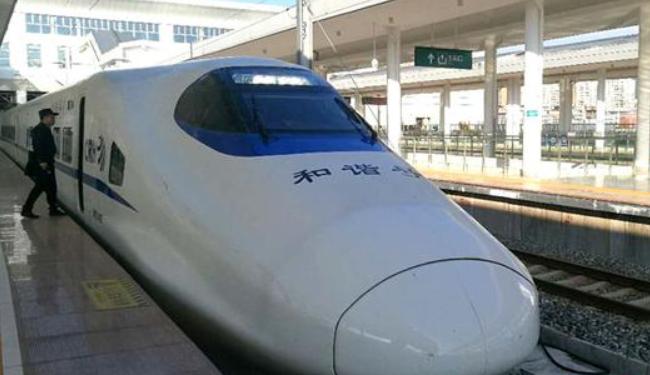 南三龙铁路迎来载客试运行 列车在绿海中行进