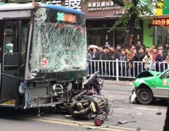 龙岩一歹徒持刀杀人并劫持公交车撞人 致8人死亡
