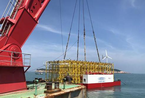 福州首个深海鲍鱼养殖平台吊装入海 探索养殖新模式