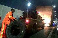 """货车在高速隧道内爆胎 """"胆大""""司机竟原地换胎"""