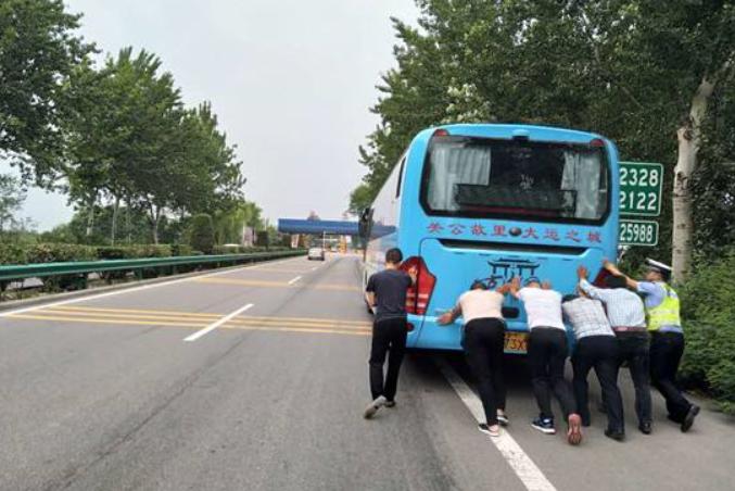 沈海高速上一旅游大巴半路抛锚 25名乘客滞留高速