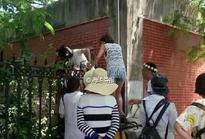 """厦大校门口今年来已拘8名""""黄牛"""" 带游客翻墙入校"""