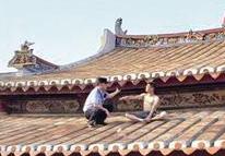 男子坐厦门北站圣果院屋顶上不肯下来 民警爬上去劝