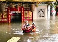 """漳州暴雨多名老人被困庙里 消防""""游泳""""救人"""