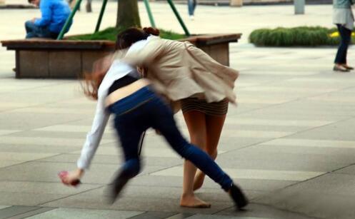 女子怀疑前下属勾引老公 两人互殴被打伤索赔14万