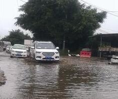 """雨停了一天积水还没退 漳州这段路都能""""划龙舟""""了"""