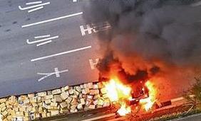 漳州:大货车行驶中突然冒烟 熊熊大火包围了驾驶室