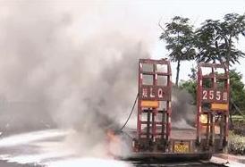 厦门一货车行驶路上突然起火 六组轮胎熊熊燃烧