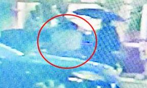 厦门:一岁婴儿被锁奥迪车内大哭 民警撬车门解救