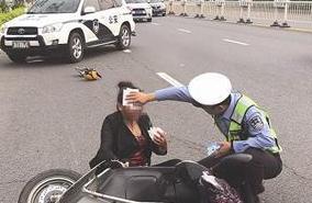 暖!女子骑车摔伤在路上 交警拦车借纸为其止血