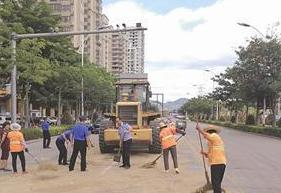 漳州一马路现1公里油污带 4辆车经过遭殃滑倒一片