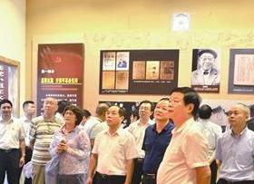 ▲来宾参观龙车革命纪念馆