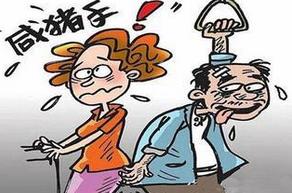 """厦门:老汉冲动袭胸 女子逮""""咸猪手""""狂追三节车厢"""