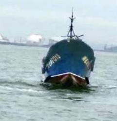 龙海一渔船遇到礁石搁浅沉没 船上8人全部获救