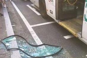 福州一男子提前下车被拒 踹碎公交车门玻璃后逃离