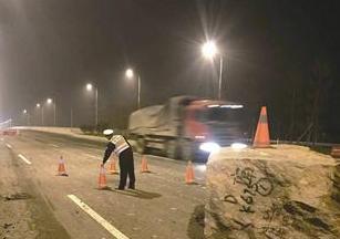 """厦漳同城大道上十几吨重巨石""""霸道"""" 嫌疑车不知所踪"""
