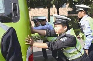 """漳州一公交车抛锚堵路 六交警推车""""解放""""被堵车龙"""