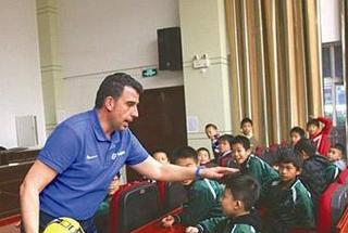 """龙岩城区来了个""""洋教头"""" 助推校园足球发展"""