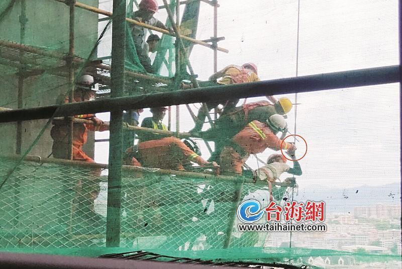 漳州漳浦:手指被卡在钢丝绳里 他趴在24楼高空钢管上求救