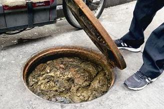 廈門:下水道堵塞污水屢屢外溢 居民吃著面聞著臭