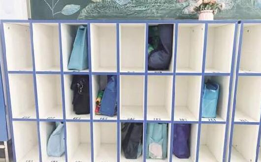 """为小学生书包""""减肥""""引共鸣 建议学校设置储物柜"""