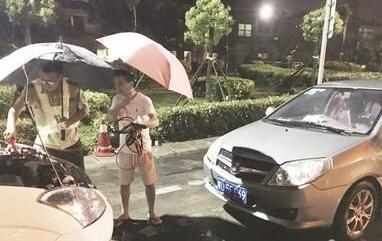 """漳州一小车抛锚高速收费站 收费员架""""伞桥""""抢修"""