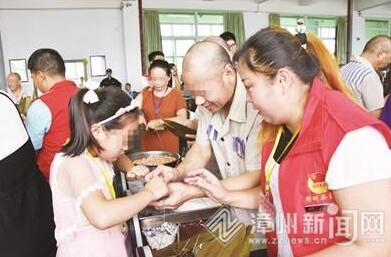 一起包粽子聊家常 漳州监狱12名孩子陪服刑父亲过节