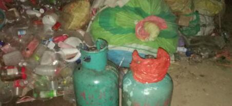 南安一民房凌晨起火 消防火场中抱出两罐液化气