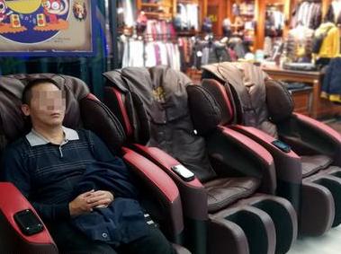 福州公共场所共享按摩椅越来越多 贪便宜可能受伤