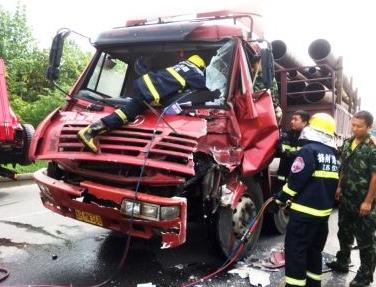 钱柜娱乐一货车追尾洒水车司机受困 消防战士火速救伤员