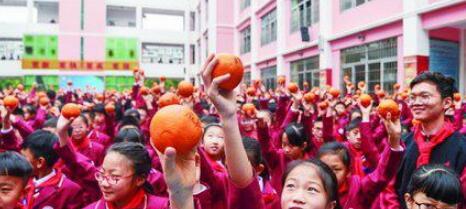 2000多个橙子上写满祝福 厦门各校新学期开学惊喜多