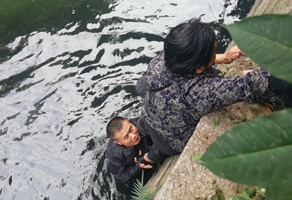 福州一名老人不慎掉入內河 兩人奮不顧身跳水施救