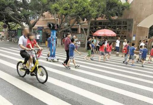 """家长""""花式""""接娃存隐患 学校周边交通问题引热议"""