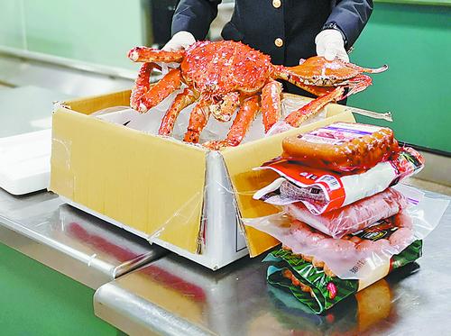 3名旅客欲携帝王蟹入境 味儿太重被厦门海关查获