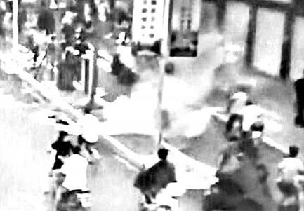 福州一男子骑电动车违规被拦 拒处罚竟当街烧车