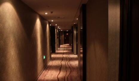 酒店内睡觉凌晨门被打开 酒店:醉酒客人记错房号