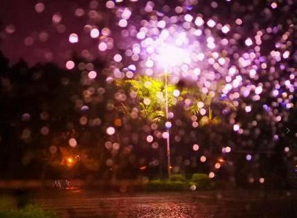 """泉州:大雨倾盆而下 化成绚丽多彩""""烟花雨"""""""