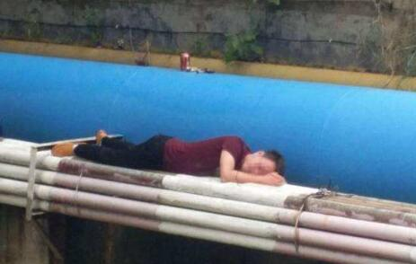 泉州一男子醉酒在内沟河呼呼大睡 电锯声都吵不醒