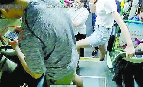 厦门一女子公交上被偷拍 偷拍者已将照片和视频删除