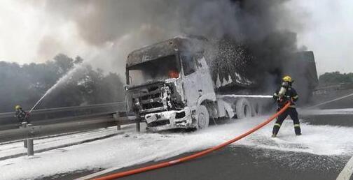 沈海高速上小车突然急刹 半挂车一头撞上后燃起大火