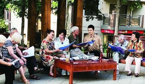 黄晓明刘晓庆来厦门联欢 在养老院与老人们唠家常