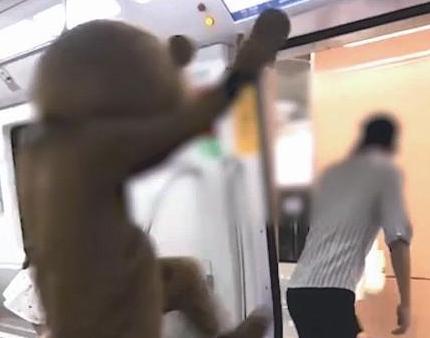 """厦门地铁内拍摄搞怪视频?网友怒了:地铁不是""""秀场"""""""