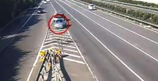 一辆货车行驶中掉铁件 致后方13部车车轮爆胎