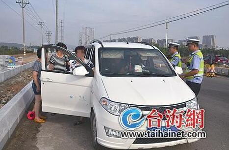 7座面包车载了12人 交警40分钟查获4辆超员面包车