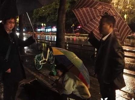 榕?#25628;?#20381;姆雨夜迷路摔伤 路人拿垫子撑伞接力守护