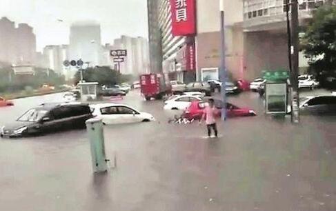 """泉州暴雨致积水严重大水齐膝 数十辆小车""""泡汤"""""""