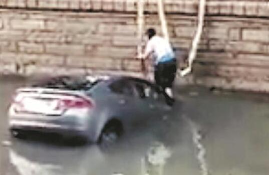 泉州中心市区一轿车冲入内沟河 车内坐着一对夫妻