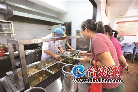 """▲敬老餐厅成为不少社区老人""""家门口的食堂"""""""