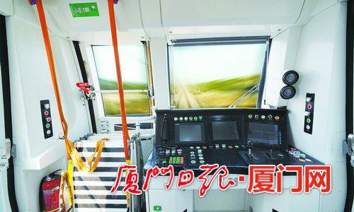 全自动无人驾驶地铁全程无人驾驶,列车安全运行,驾驶室空无一人。